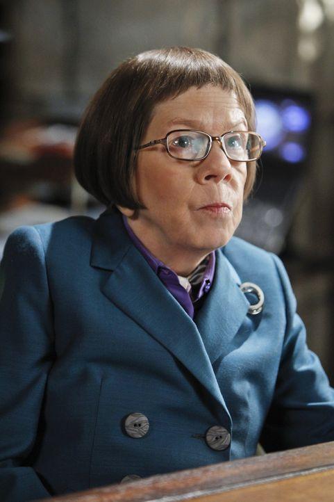 Hetty (Linda Hunt) greift durch: Nicht genug damit, dass sie Deeks als neue Partnerin Nell an die Seite stellt, sie verdonnert Kensi auch dazu, nach... - Bildquelle: CBS Studios Inc. All Rights Reserved.
