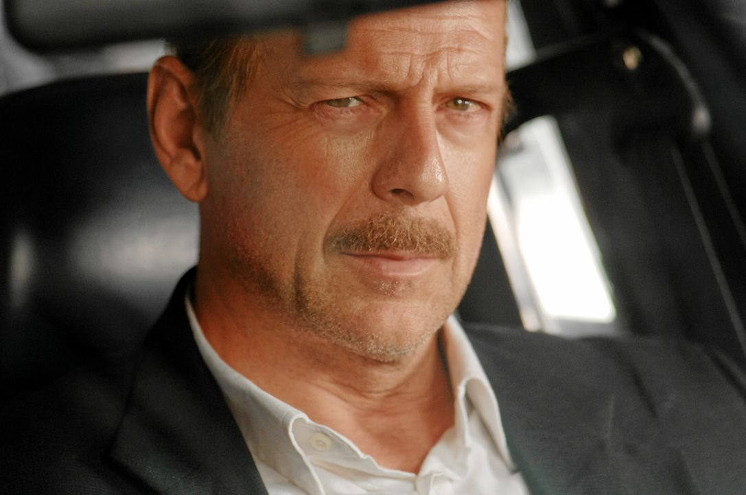 Der ausgebrannte NYPD-Detective Jack Mosley (Bruce Willis, r.) hat große Alkoholprobleme, ein kaputtes Bein und überhaupt keine Kondition. Im Revi... - Bildquelle: Nu Image