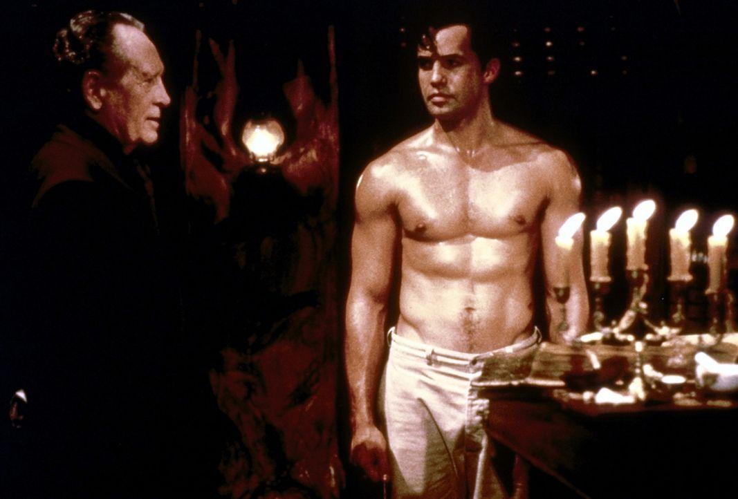 """Seit mehr als 400 Jahren geht der """"wandelnde Geist"""" im Dschungel um. Nun erhält das Phantom (Billy Zane, r.) Besuch von seinem Vater (Patrick McGoo... - Bildquelle: Paramount Pictures"""