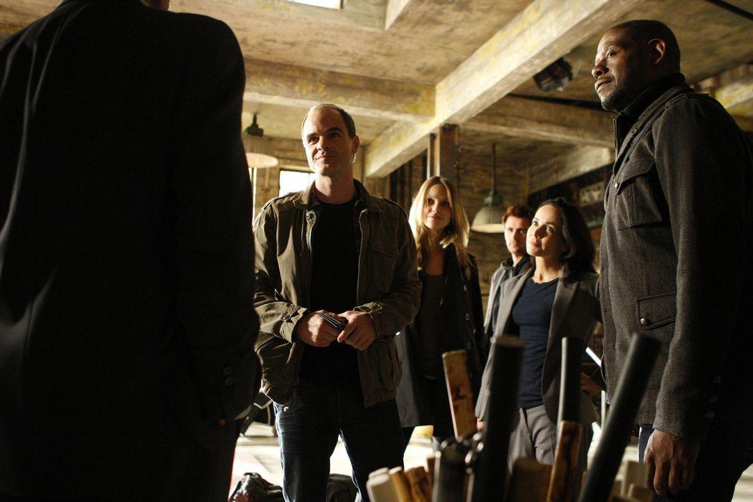 Als ein achtjähriges Mädchen entführt wird, werden John (Michael Kelly, l.), Beth (Janeane Garofalo, 2.v.r.), Sam (Forest Whitaker, r.), Gina (Beau... - Bildquelle: ABC Studios