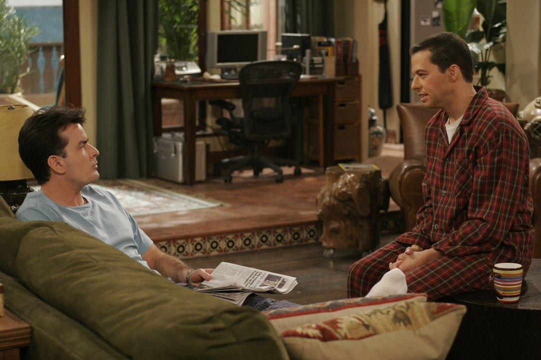 Alan (Jon Cryer, r.) holt sich Rat bei seinem Bruder Charlie (Charlie Sheen, l.) ... - Bildquelle: Warner Brothers Entertainment Inc.