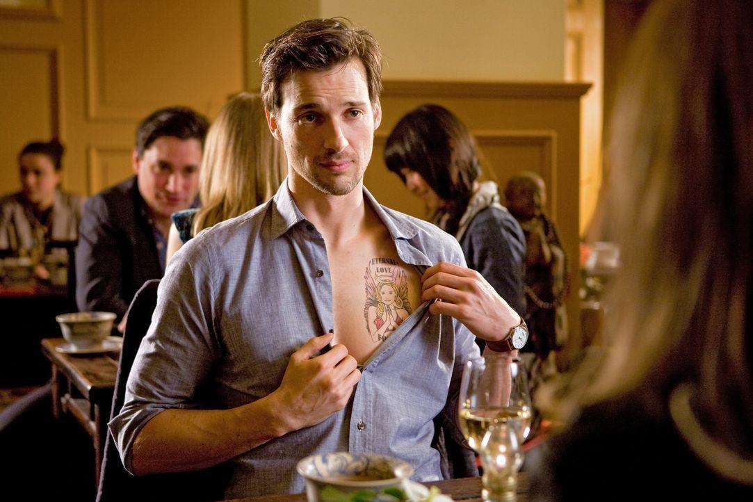 Auf der Suche nach einer neuen Frau, stößt Niklas (Florian David Fitz) im Fernsehen zufällig auf seinen Jugendschwarm - sie war seine große Liebe. O... - Bildquelle: Conny Klein Warner Bros.