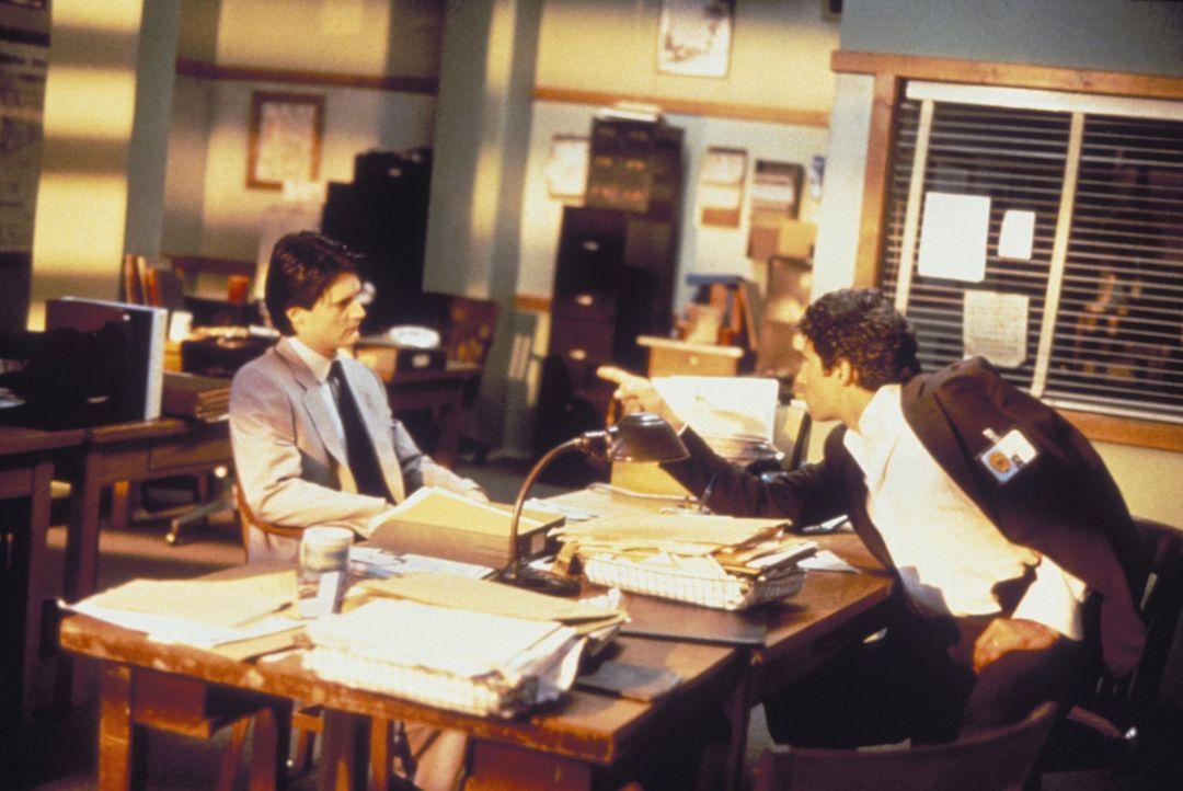 Schon bald wird Detective Tom Beck (Michael Nouri, r.) klar, dass sein Gegenüber niemals Special Agent Lloyd Gallagher (Kyle MacLachlan, l.) vom FB... - Bildquelle: Warner Brothers