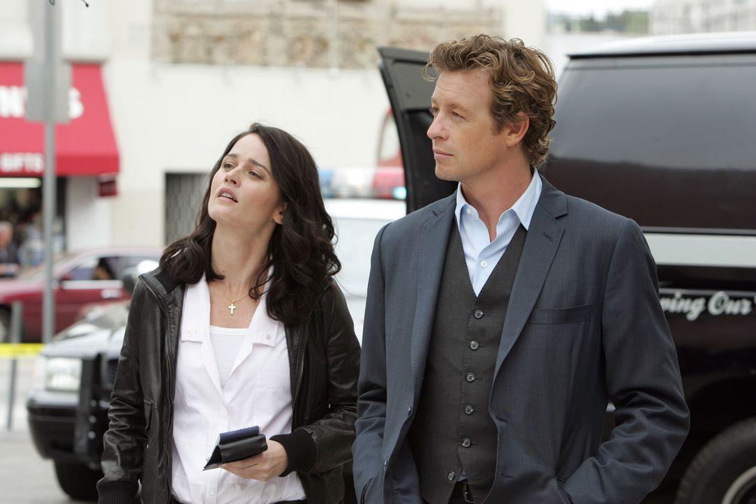 Der Hollywood-Produzent Felix Hanson wurde ermordet. Patrick (Simon Baker, r.) und Teresa (Robin Tunney, l.) versuchen alles um den Mörder zu finden... - Bildquelle: Warner Bros. Television
