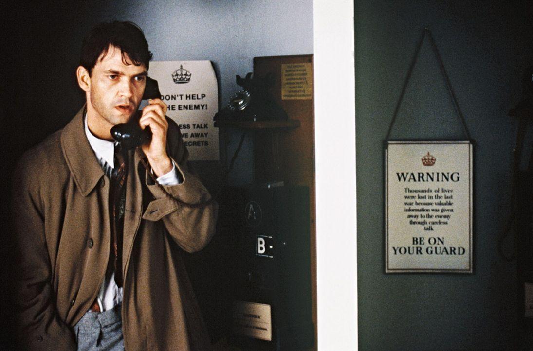 Tom (Dougray Scott) vermutet unter den Mitarbeitern von Bletchley Park einen Spion, der die Deutschen über die erfolgreiche Entschlüsselung inform... - Bildquelle: Senator Film