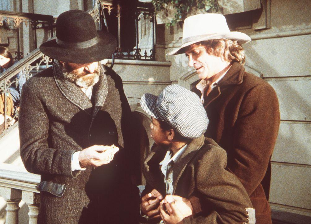 Mr. Edwards (Victor French, l.) und Charles (Michael Landon, r.) fragen den kleinen B.J. (Chez Lister, M.), warum er die Taschenuhr von Edwards' Soh... - Bildquelle: Worldvision