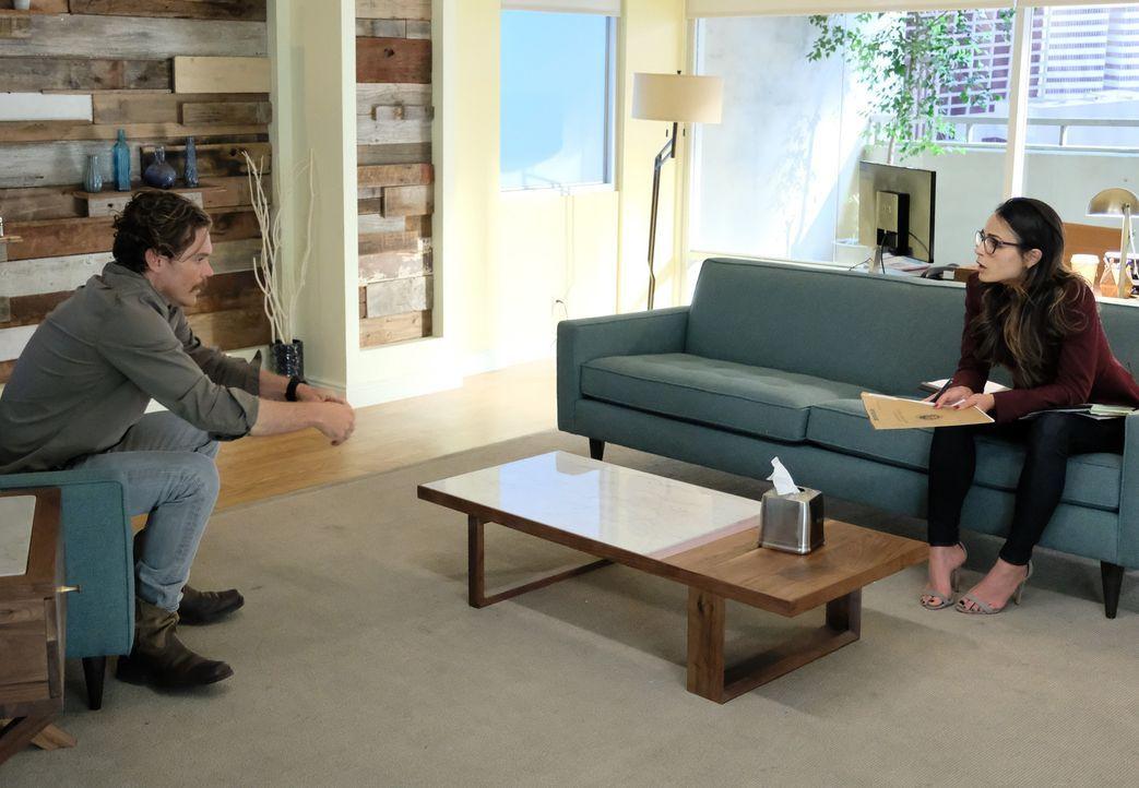 Da Riggs (Clayne Crawford, l.) an der Quelle sitzt, möchte er bei seiner Psychologin (Jordana Brewster, r.) eine schnelle Analyse des offensichtlich... - Bildquelle: Warner Brothers