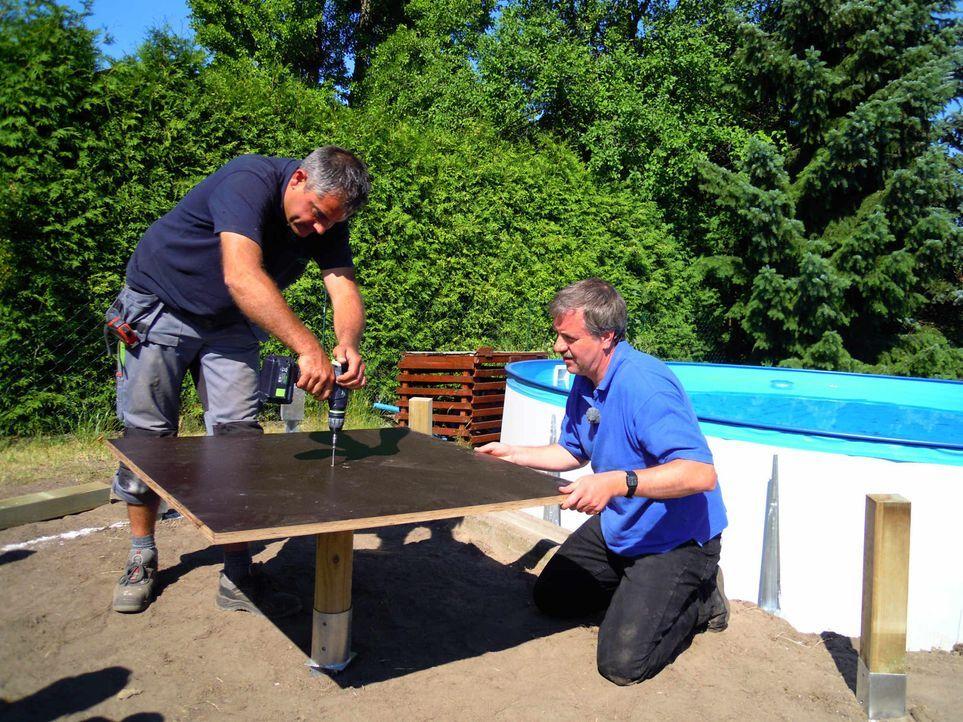 Super-Heimwerker Sascha (l.) will Computerfreak Andreas Weißer (r.) beim Verschönern seines Stahlwandpools helfen ... - Bildquelle: kabel eins