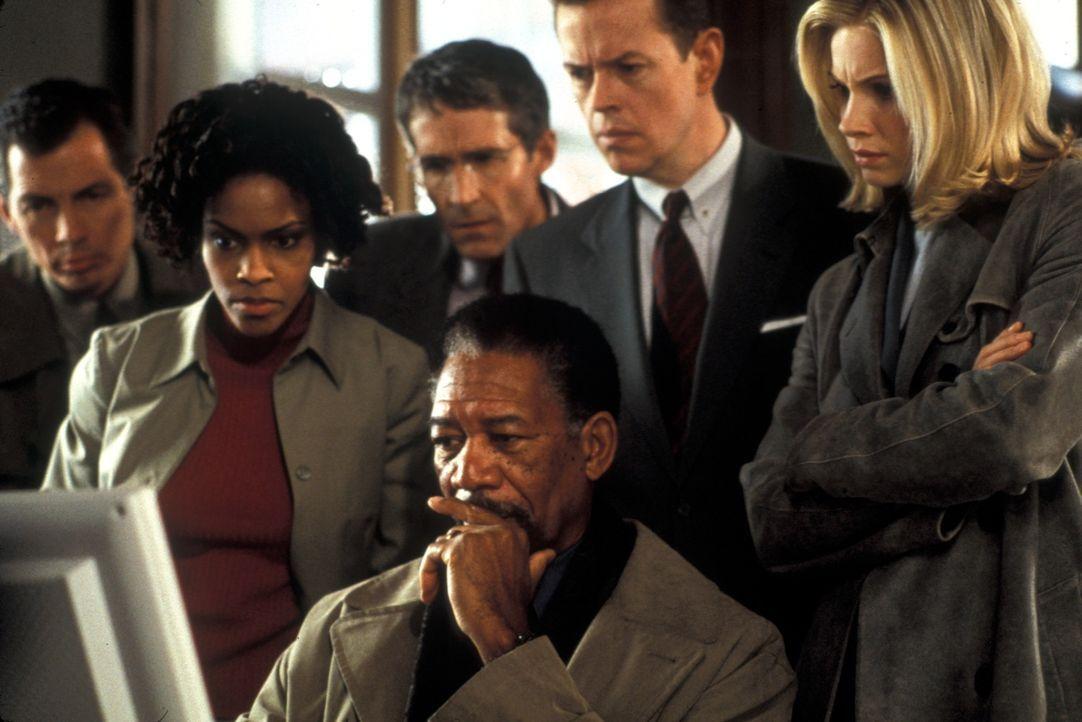 Geschickt verwickelt der Gangster Cross (Morgan Freeman, vorne) die Agentin Jezzie Flannigan (Monica Potter, r.) und Ollie McArthur (Dylan Baker, 2.... - Bildquelle: Joseph Lederer 2001 Paramount Pictures