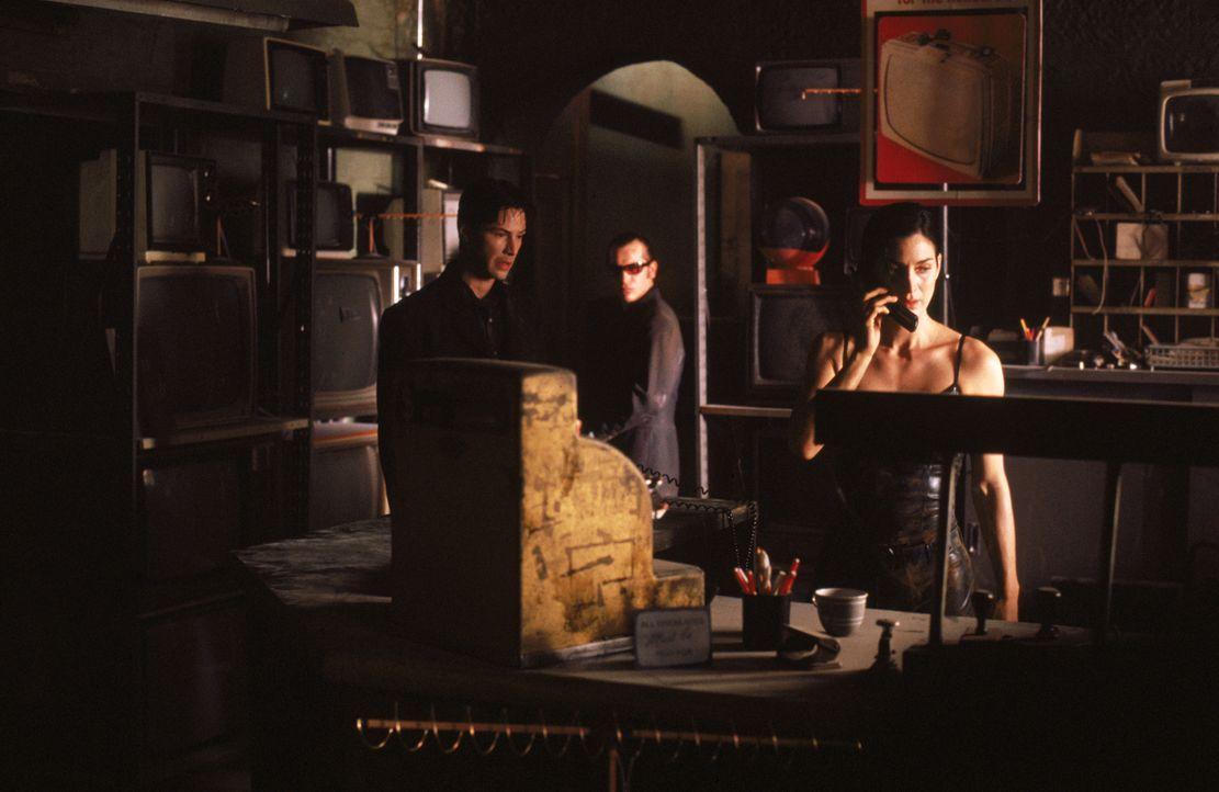 Die Leitung ist tot! Neo (Keanu Reeves, l.), Trinity (Carrie-Anne Moss, r.) und Apoc (Julian Arahanga, M.) sind in der Matrix gefangen ... - Bildquelle: Warner Bros. Pictures