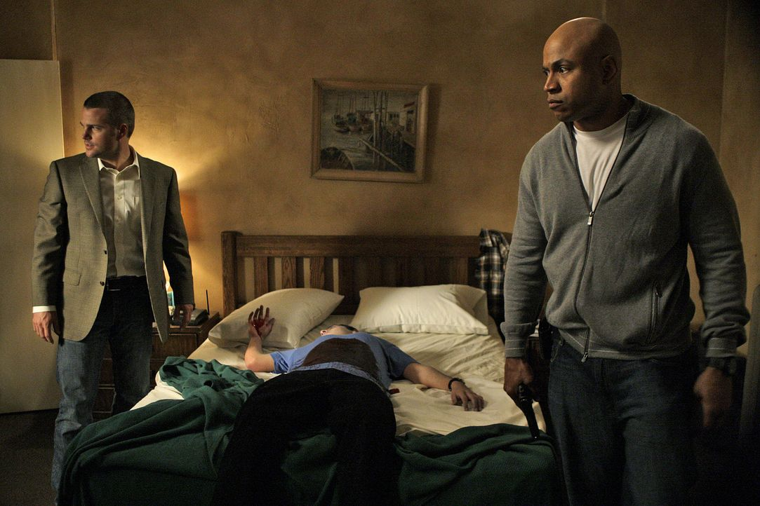Special Agents G. Callen (Chris O'Donnell, l.) und Special Agent Sam Hanna (LL Cool J, r.) vom NCIS in Los Angeles versuchen verzweifelt, einen gefä... - Bildquelle: CBS Television