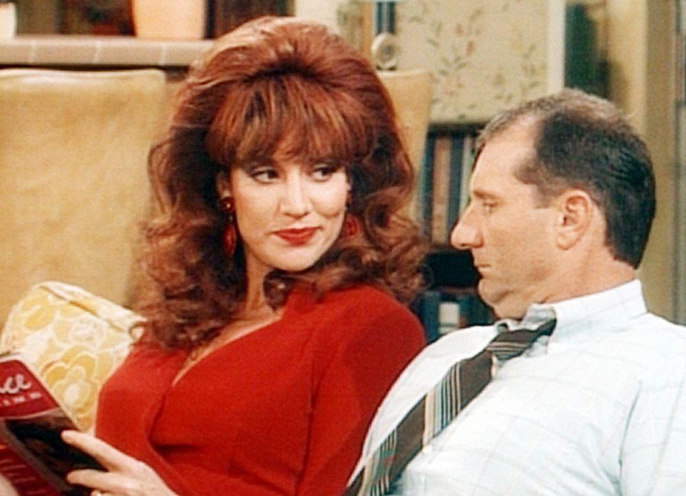 Peggy (Katey Sagal, l.) eröffnet Al (Ed O'Neill, r.), dass er ein Glück verheißendes Horoskop hat. - Bildquelle: Columbia Pictures