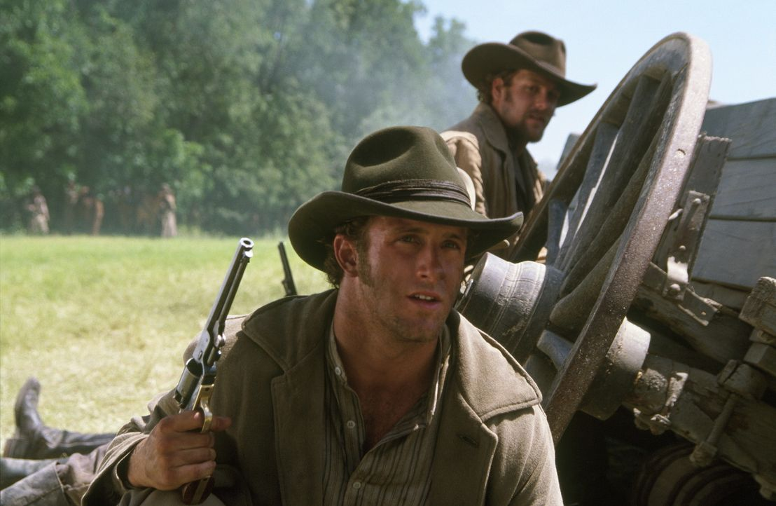 Cole Younger (Scott Caan, l.) und Frank James (Gabriel Macht, r.) kehren aus dem Krieg nach Hause zurück. Sie sind Farmer und wünschen sich, in Ru... - Bildquelle: Warner Bros.