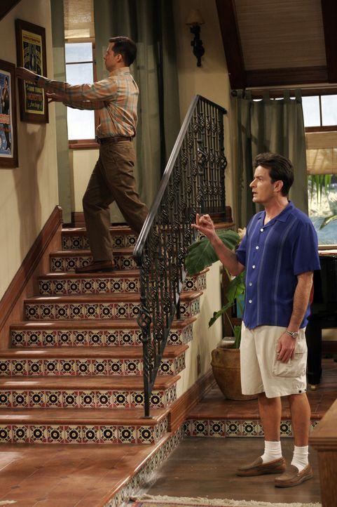Charlie (Charlie Sheen, r.) kann nicht fassen, dass Alan (Jon Cryer, l.) Judith angeboten hat, bei ihnen zu wohnen ... - Bildquelle: Warner Brothers Entertainment Inc.