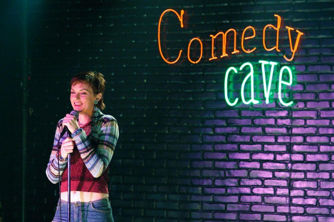 """Blick in die Vergangenheit: Die Komikerin Sandra Holloway (Elaine Hendrix) bei einem Auftritt im """"Comedy Cave"""" ... - Bildquelle: ABC Studios"""