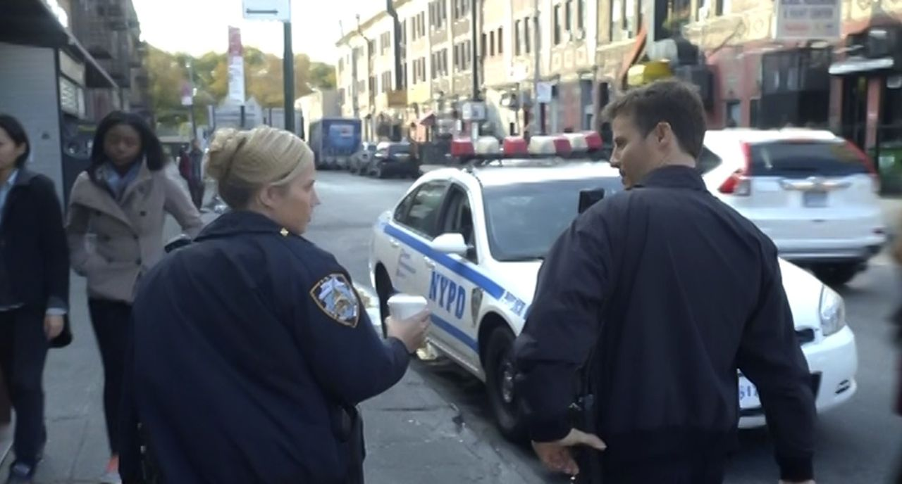 Die Straßen New Yorks sind Jankos (Vanessa Ray, l.) und Jamies (Will Estes, r.) zu Hause. Ihr Tag auf Streife beginnt friedlich, doch das wird sich... - Bildquelle: 2015 CBS Broadcasting Inc. All Rights Reserved.