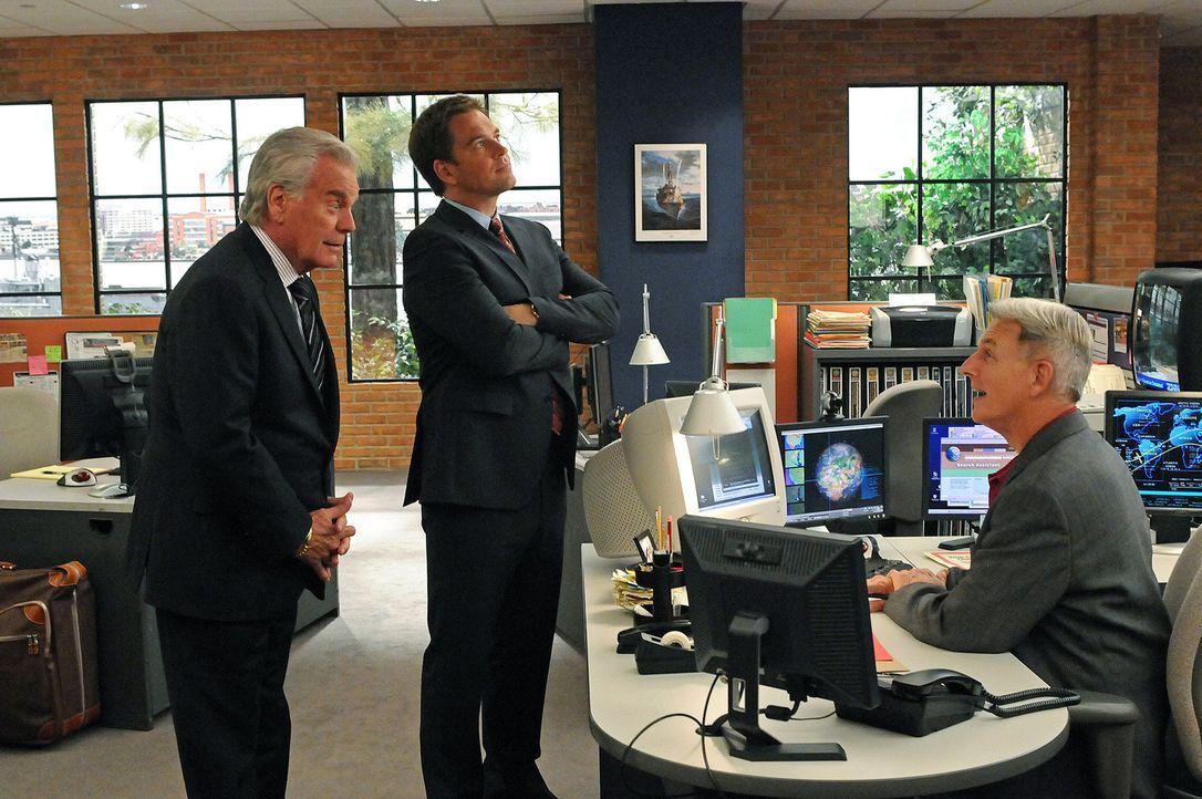 Ein neuer Mordfall beschäftigt Gibbs (Mark Harmon, r.), Tony (Michael Weatherly, M.) und Tony Senior (Robert Wagner, l.) ... - Bildquelle: CBS Television