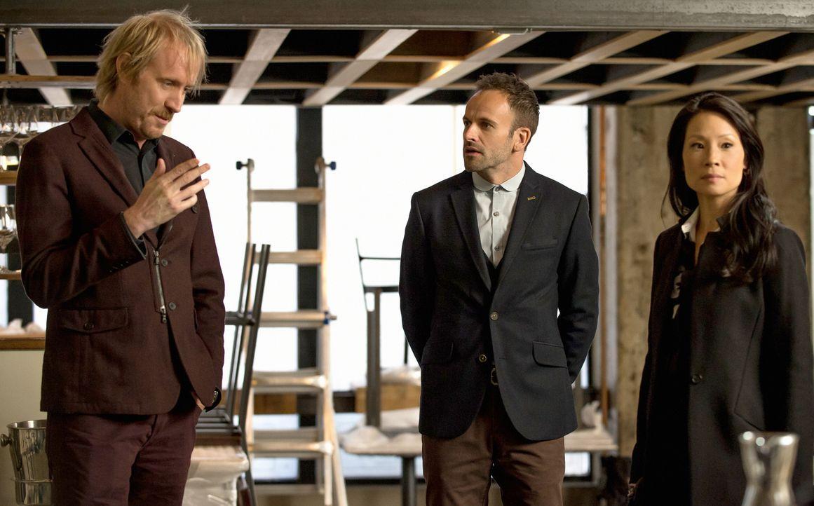 Sherlocks Bruder Mycroft (Rhys Ifans, l.) kommt in New York an und erbittet die Hilfe von Holmes (Jonny Lee Miller, M.) und Watson (Lucy Liu, r.), u... - Bildquelle: CBS Television