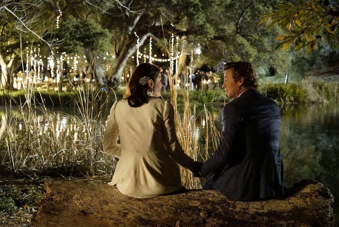 Sind glücklich miteinander - doch die Rache des Serienmörders Lazarus könnte sie ihr Happy End kosten: Lisbon (Robin Tunney, l.) und Jane (Simon Bak... - Bildquelle: Warner Bros. Television