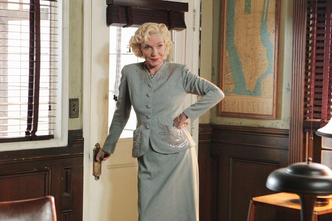 Castles Mutter Martha Rodgers (Susan Sullivan) ist in seiner Fantasie die Sekretärin des hartgesottenen Privatdetektivs Joe Flynn  ... - Bildquelle: 2011 American Broadcasting Companies, Inc. All rights reserved.
