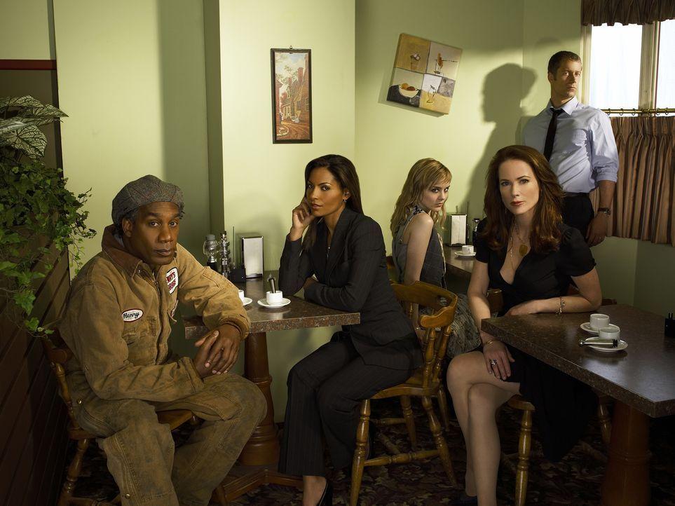 (1. Staffel) - Eureka: Jack Carter (Colin Ferguson, r.), Allison Blake (Salli Richardson, 2.v.l.), Beverly Barlowe (Debrah Farentino, 2.v.r.), Henry... - Bildquelle: Universal Television