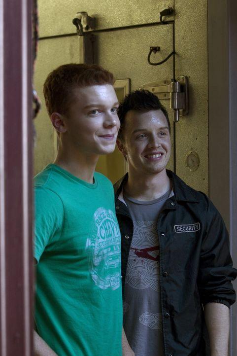 Ein absolut ungleiches Paar: Mickey (Noel Fisher, r.) und Ian (Cameron Monaghan, l.) ... - Bildquelle: 2010 Warner Brothers
