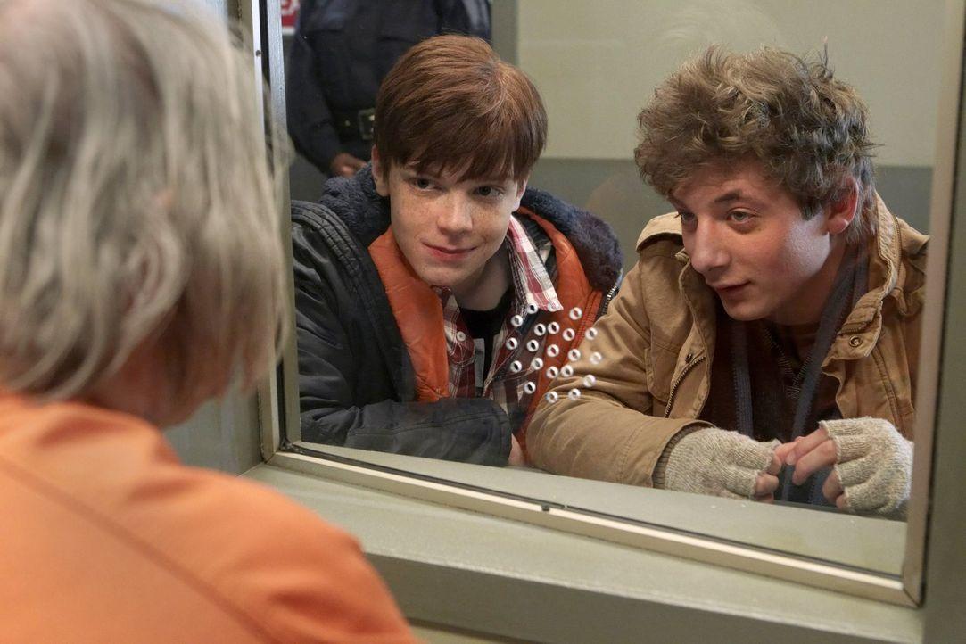 Die Suche nach Ians (Cameron Monaghan, l.) leiblichem Vater geht weiter. Doch Lip (Jeremy Allen White, r.) ist viel motivierter als er ... - Bildquelle: 2010 Warner Brothers