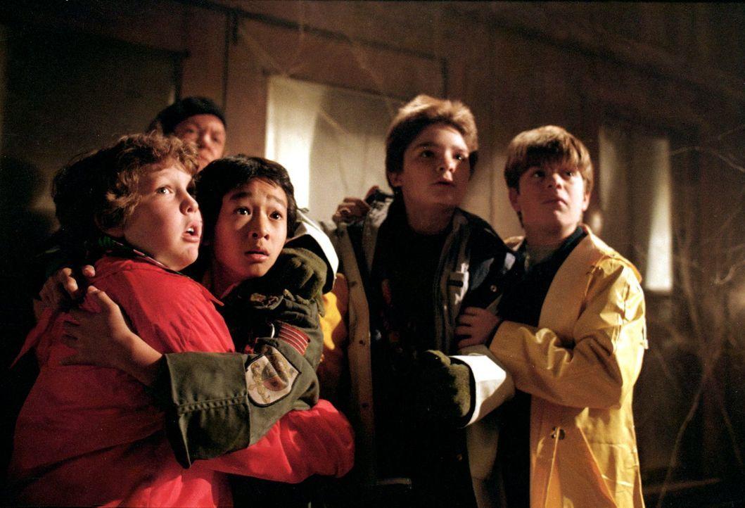 Auf der Suche nach dem Piratenschatz geraten Chunk  (Jeff Cohen, l.), Data  (Ke Huy-Quan, 2.v.l.), Mouth (Corey Feldman, 2.v.r.) und Mikey (Sean Ast... - Bildquelle: Warner Bros.
