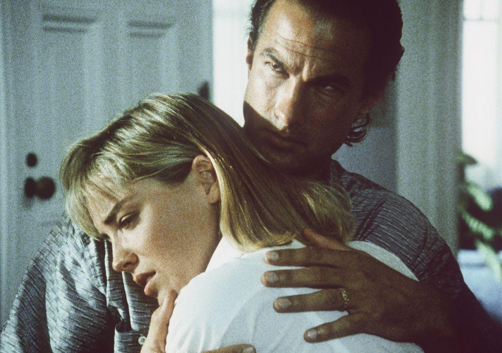 Auch im Privatleben droht Ärger: Nico (Steven Seagal, l.) und Sara Toscani (Sharon Stone, r.) ... - Bildquelle: Warner Bros.
