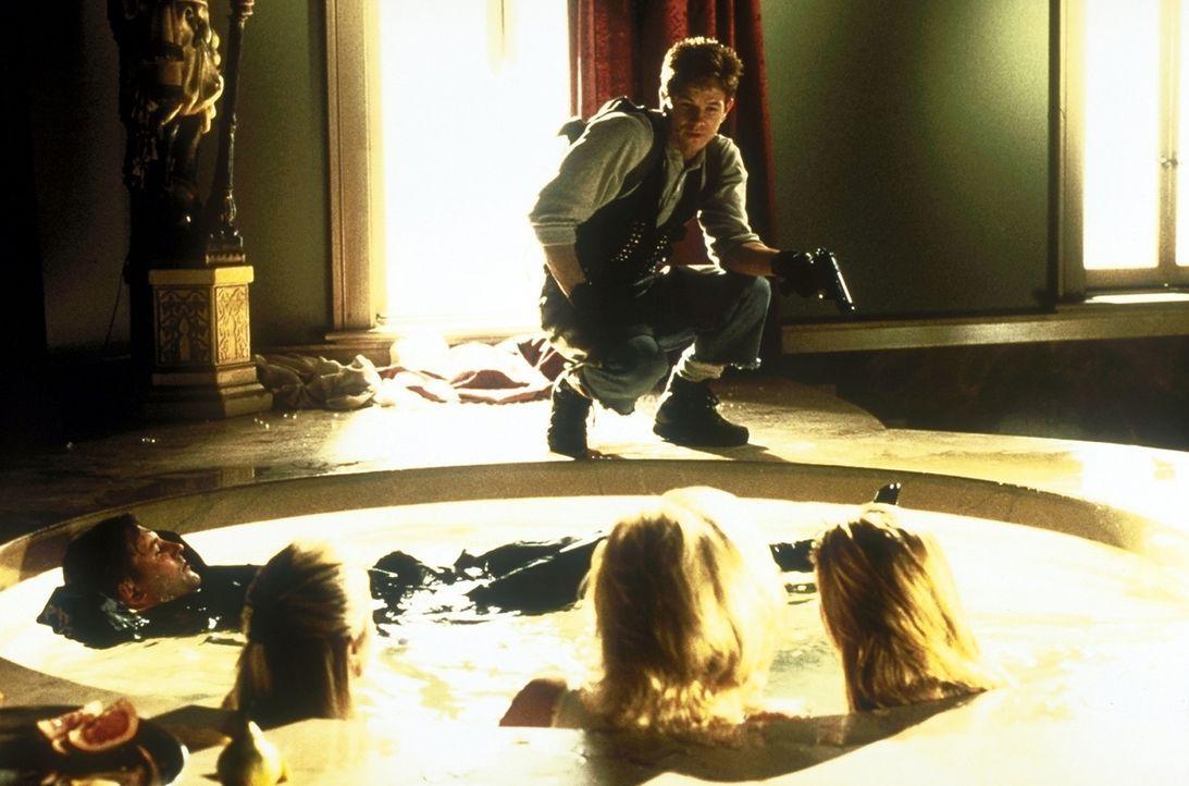 Profikiller Melvin Smiley (Mark Wahlberg, hinten) führt ein schönes Leben mit viel Geld und zwei Frauen. Doch dann entführen seine Freunde die Pa... - Bildquelle: Columbia Pictures