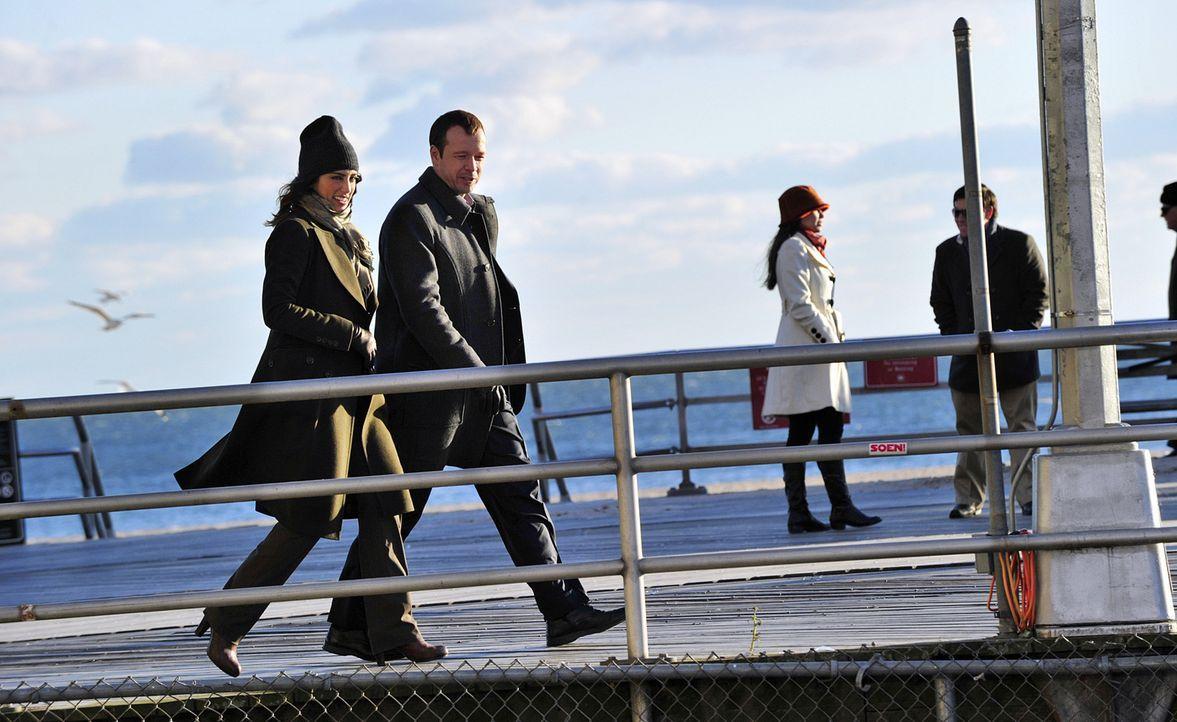 Danny Reagan (Donnie Wahlberg, 2.v.l.) macht sich zusammen mit seiner Kollegin Jackie Curatola (Jennifer Esposito, l.) auf die Suche nach dem Tatver... - Bildquelle: 2010 CBS Broadcasting Inc. All Rights Reserved