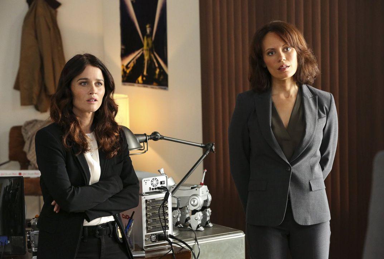 Lisbon (Robin Tunney, l.) und Fischer (Emily Swallow, r.) versuchen, dem mysteriösen Mordfall eines High-Tech-Kartographen auf die Schliche zu komme... - Bildquelle: Warner Bros. Television
