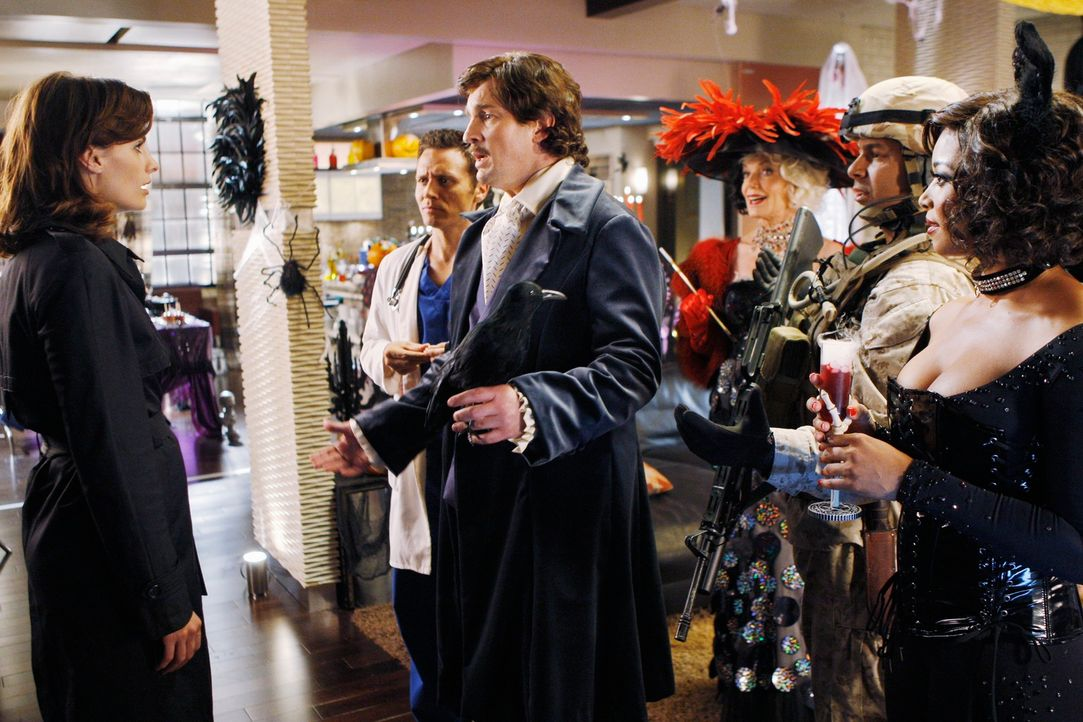 Kevin Ryan (Seamus Dever, 2.v.l.), Castle (Nathan Fillion, 3.v.l.), Martha (Susan Sullivan, 3.v.r.), Javier (Jon Huertas, 2.v.r.) und Lanie (Tamala... - Bildquelle: ABC Studios