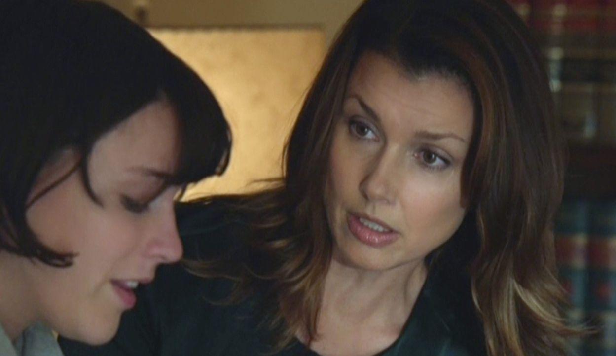 Erin (Bridget Moynahan, r.) ist entsetzt, als eine traumatisierte Freundin ihrer Tochter berichtet, dass sie von einem Kommilitonen vergewaltigt wur... - Bildquelle: 2014 CBS Broadcasting Inc. All Rights Reserved.