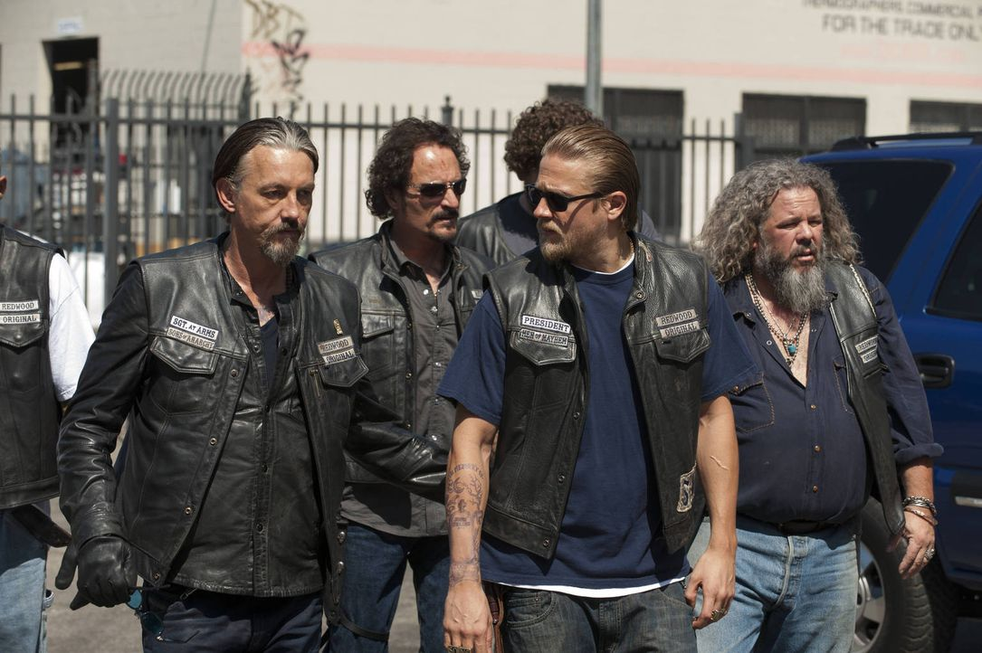 Eine Entscheidung über Leben und Tod spaltet sogar den harten Kern des Clubs: Chibs (Tommy Flanagan, l.), Tig (Kim Coates, 2.v.l.), Jax (Charlie Hun... - Bildquelle: 2012 Twentieth Century Fox Film Corporation and Bluebush Productions, LLC. All rights reserved.