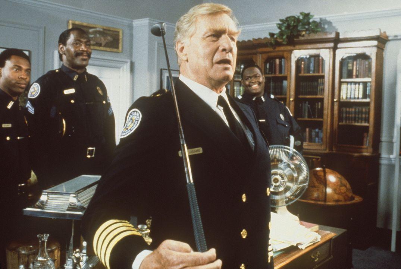 Bei den Feierlichkeiten für seine Verdienste als Leiter der Police Academy benötigt Kommandant Lassard (George Gaynes, r.) schon bald die Hilfe se... - Bildquelle: Warner Bros.