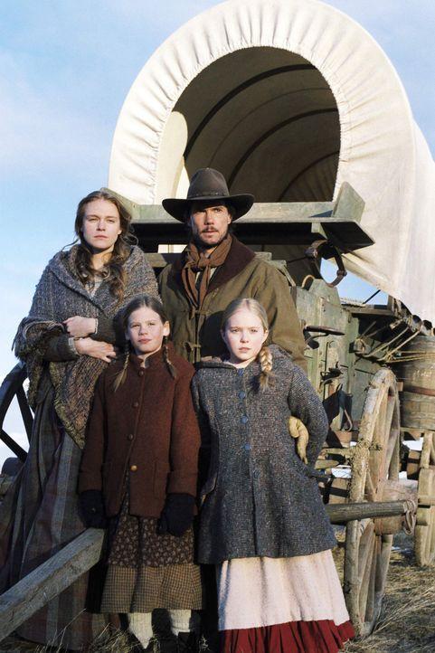 In der Hoffnung auf eine bessere Zukunft in Kansas packt der Zimmermann Charles Ingalls (Cameron Bancroft, 2.v.r.) seine Frau Caroline (Erin Cottrel... - Bildquelle: ABC, Inc.
