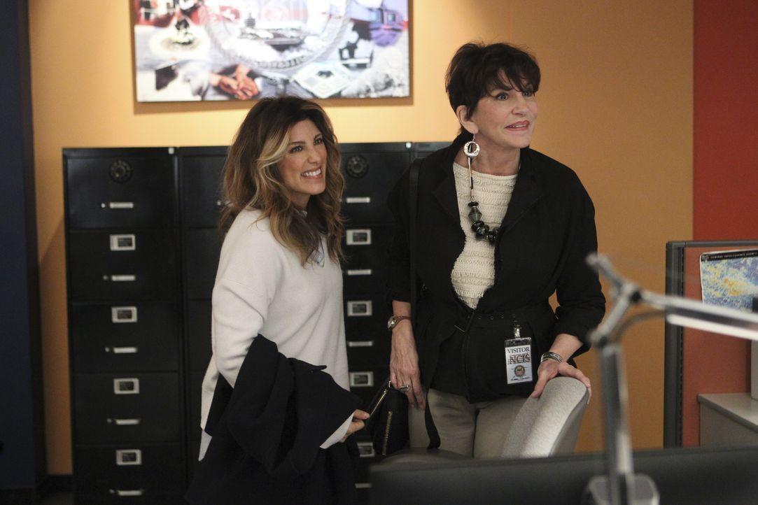 Alex Quinn (Jennifer Esposito, l.) eilt ihrer Mutter Marie Quinn (Mercedes Ruehl, r.) zu Hilfe, als sie eine Nachricht von ihr erhält. Was ist passi... - Bildquelle: 2016 CBS Broadcasting, Inc. All Rights Reserved