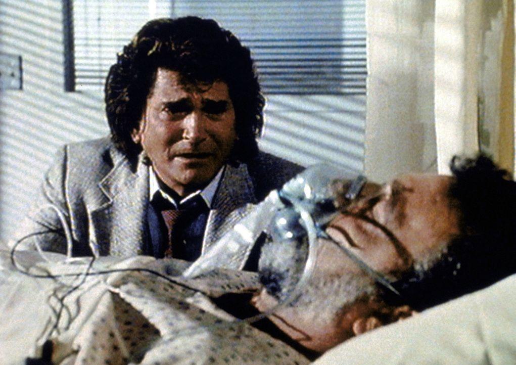 Jonathan (Michael Landon, l.) ist verzweifelt, weil sein Partner Mark (Victor French, r.) im Laufe ihrer Ermittlungen mit einer Überdosis Rauschgif... - Bildquelle: Paramount Pictures