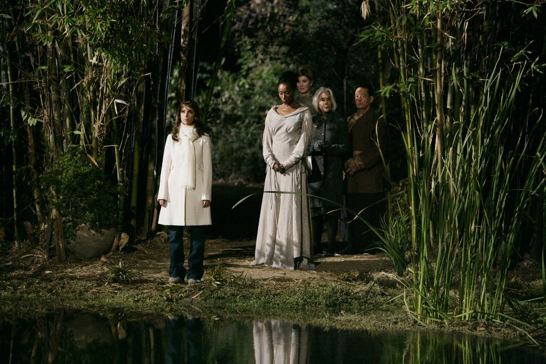 In einem nahe gelegenen See werden unzählige Leichen gefunden. Melinda (Jennifer Love Hewitt, l.) versucht, Kontakt zu den Geistern der Verstorbenen... - Bildquelle: ABC Studios