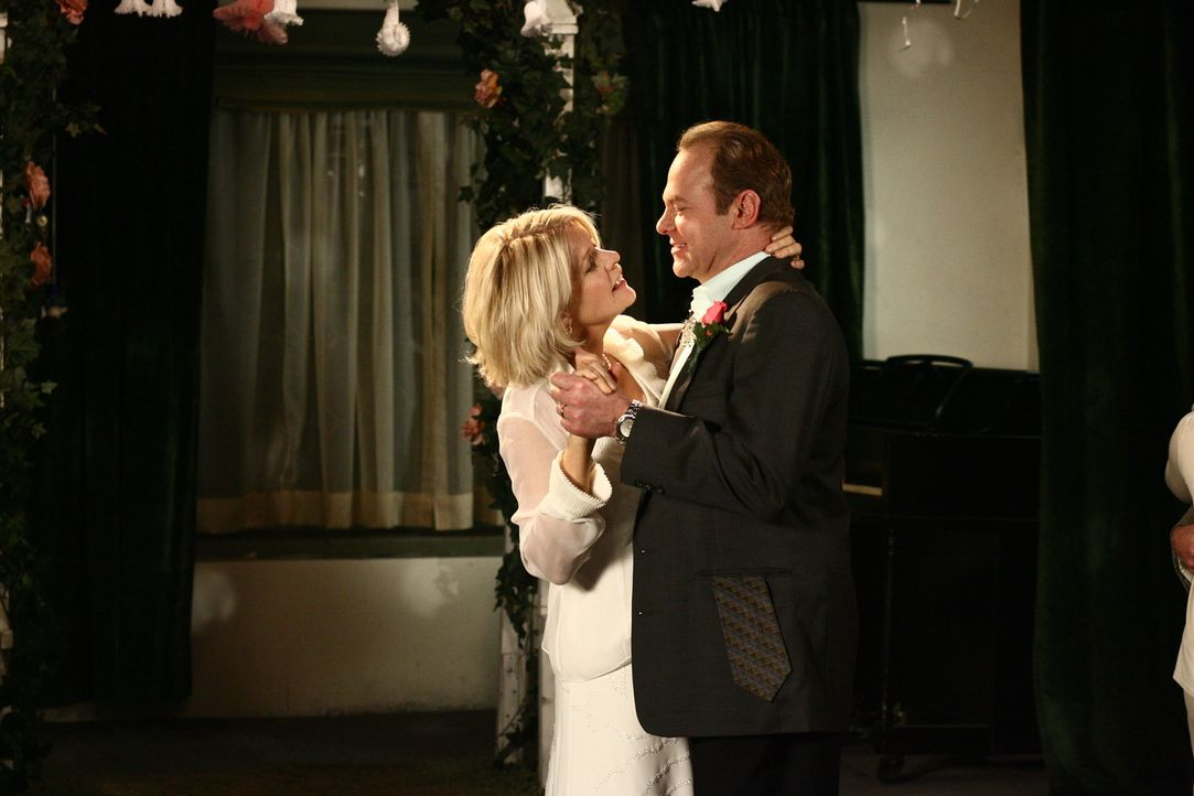 Ellen (Meredith Baxter, l.) und Jackie (Greg Travis, r.) wagen ein Tänzchen ... - Bildquelle: Warner Bros. Television