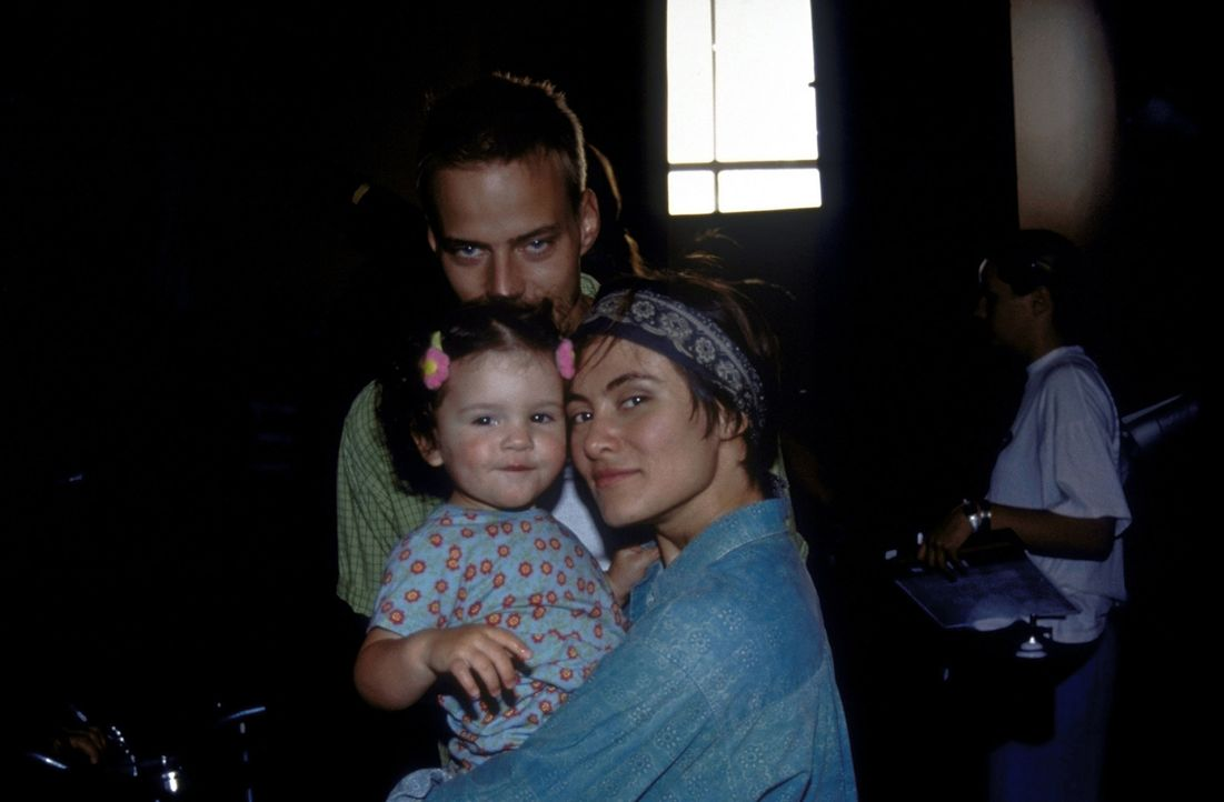 Noch ahnt Ayse (Idil Üner, r.) nicht, woher Olivers (Tom Wlaschiha, l.) plötzliche Motivation, ihre Tochter täglich durch den Park spazieren zu f... - Bildquelle: David Bloomer ProSieben