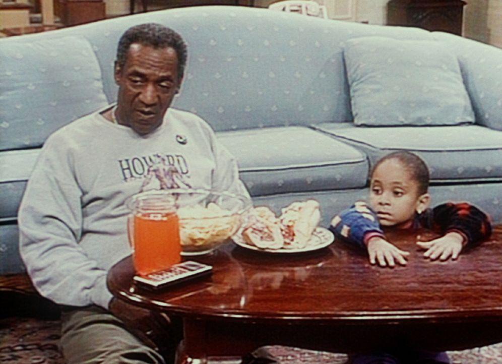 Cliff (Bill Cosby, l.) und Olivia (Raven Symone, r.) fachsimpeln über das Footballspiel, das sie gerade sehen. - Bildquelle: Viacom