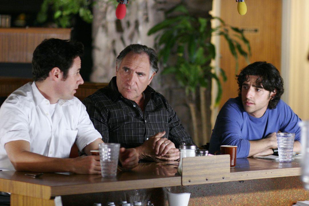 Gehen den Fall von Finn Montgomery noch einmal durch: Don (Rob Morrow, l.), Charlie (David Krumholtz, r.) und Alan (Judd Hirsch, M.) ... - Bildquelle: Paramount Network Television