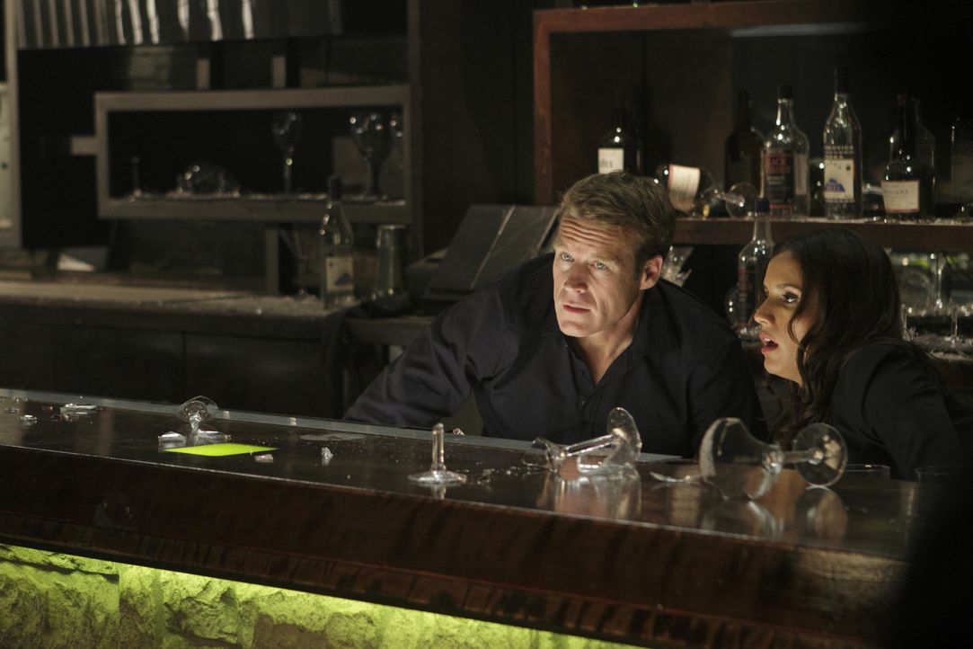 Kaum das Wiedersehen gefeiert, da geraten Chance (Mark Valley, l.) und Ex-Freundin Maria (Leonor Varela, r.) in eine Schießerei ... - Bildquelle: 2011  Warner Bros.