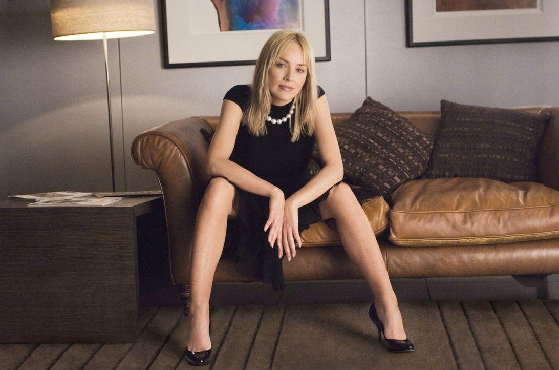 Nachdem erneut einer ihrer ehemaligen Bettgefährten zu Tode gekommen ist, begibt sich Catherine Tramell (Sharon Stone) in die Obhut eines Psychiater... - Bildquelle: Constantin Film