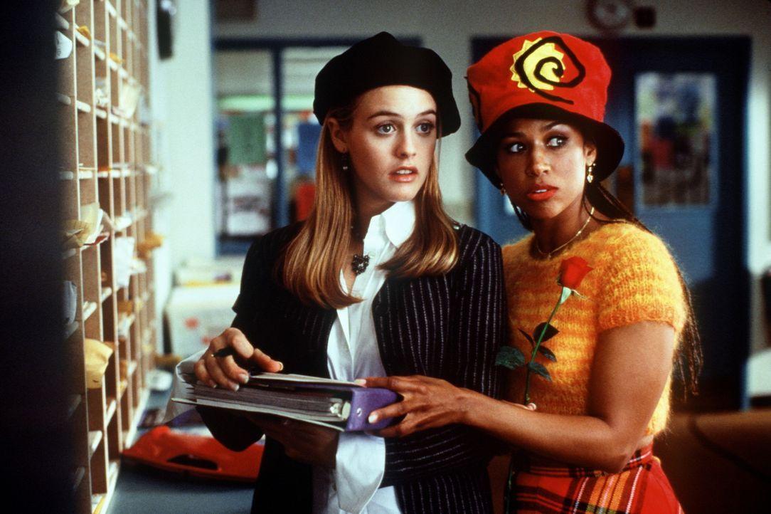 Cher (Alicia Silverstone, l.) und Dionne (Stacey Dash, r.) haben eine eminent wichtige Aufgabe: Sie wollen ihren Klassenlehrer Mr. Hall und dessen K... - Bildquelle: Paramount Pictures