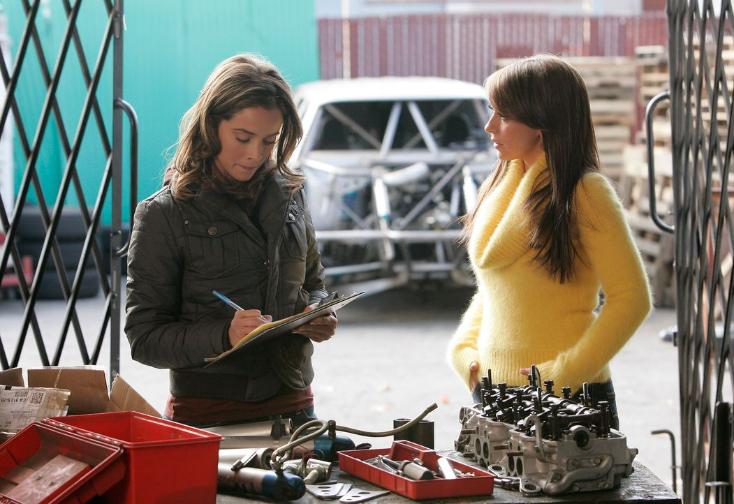 Melinda (Jenifer Love Hewitt, r.) will Kontakt zu Cindy (Abigail Spencer, r.) aufnehmen. Ihr Freund ist bei einem illegalen Autorennen ums Leben gek... - Bildquelle: ABC Studios