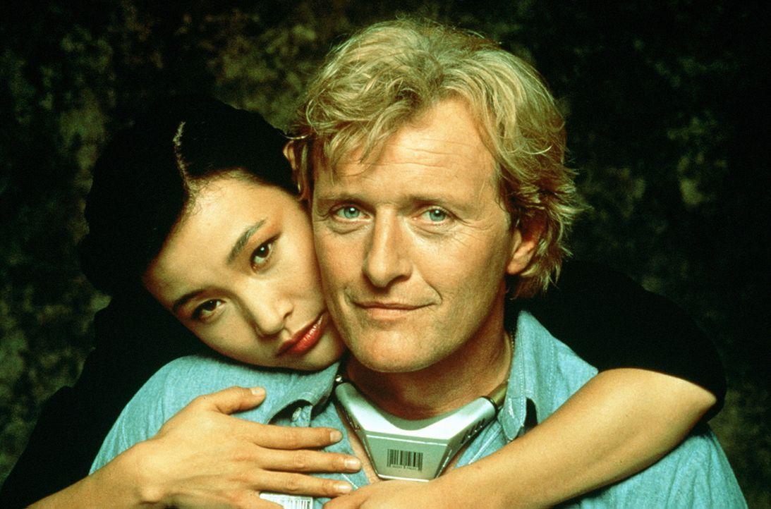 Welches Spiel treibt Noelle (Joan Chen, l.) mit dem Häftling Frank Warren (Rutger Hauer, r.)? - Bildquelle: Home Box Office (HBO)