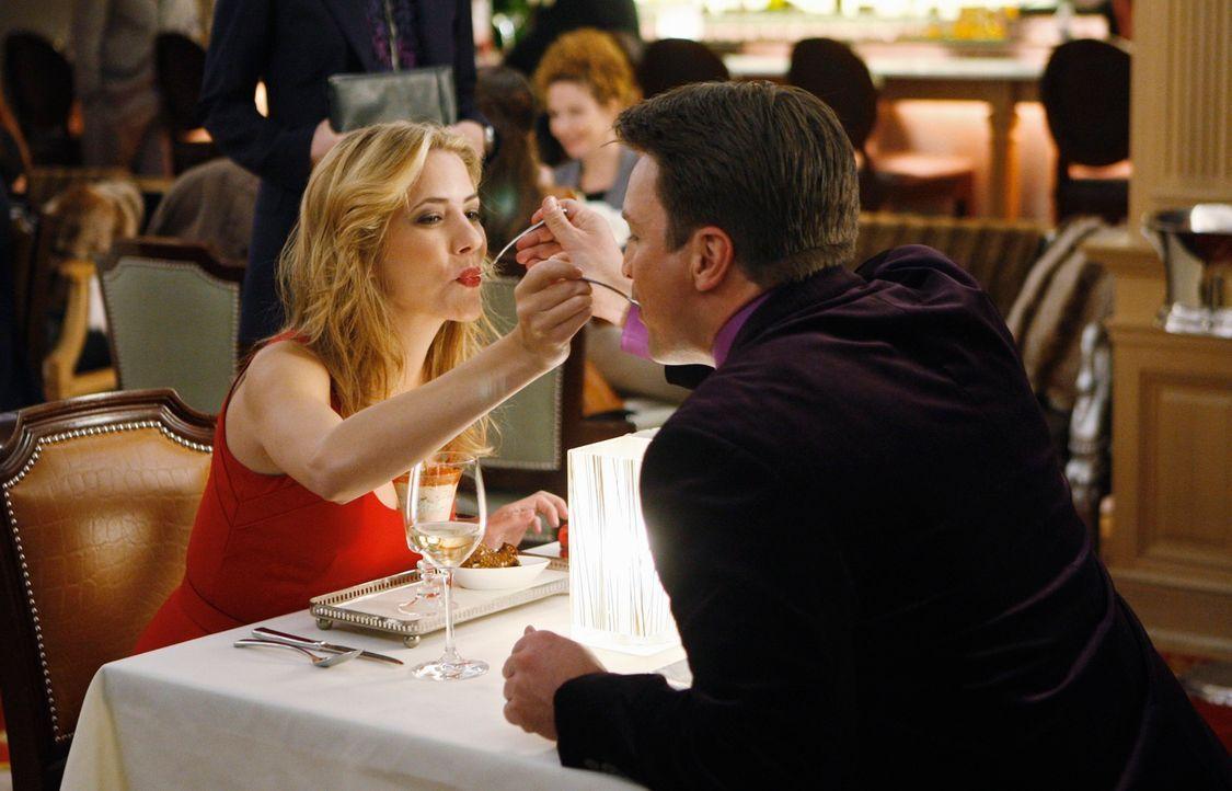Noch ahnt Castle (Nathan Fillion, r.) nicht, dass das romantische Dinner mit der attraktiven Madison Queller (Julie Gonzalo, l.) bald unterbrochen w... - Bildquelle: ABC Studios